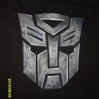 Logo de Autobots pintado en una camiseta