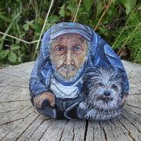 retrato hombre con su perro sobre piedra