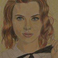 Scarlett Johasson con lápices de colores