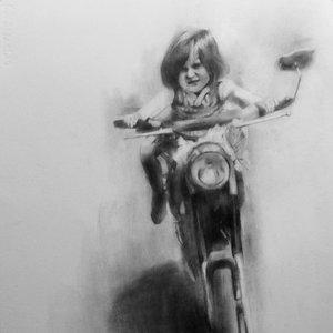 Niña en moto