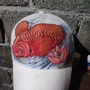 koi elaborado en una gorra  Hecho con pintura acrílica politec