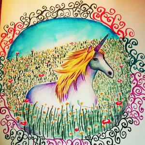 unicornio entre flores