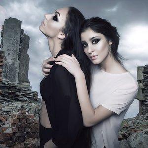 Sisters_Of_The_Moon_372338.jpg